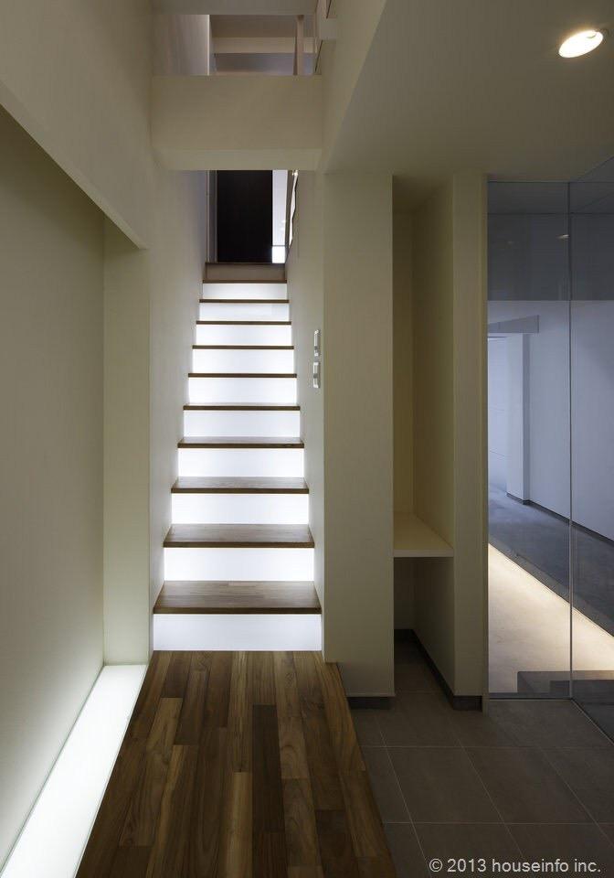 階段は足元が明るい方が使いやすい。